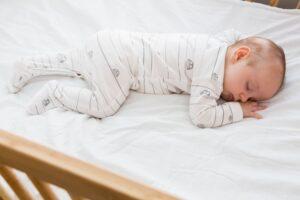 insegnare a dormire nel lettino