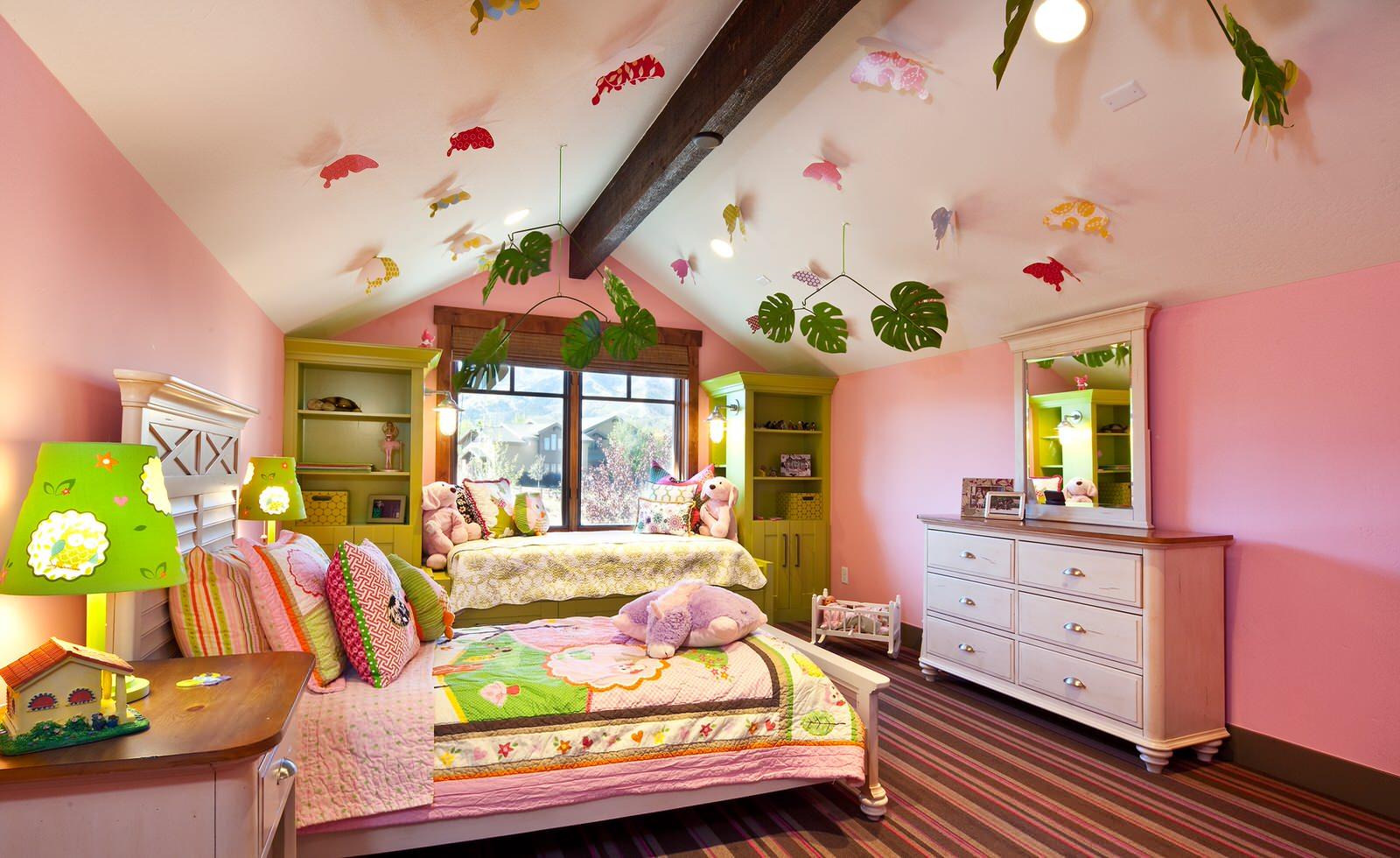 camera da letto bambini soffitto alto